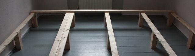 Anbringung der Längslatten. Wenn nur der Rahmen gebaut wird, kann auch ein klassisches Lattenrost verwendet werden für das Familienbett