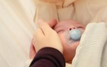 Sohn in der Babyhängematte