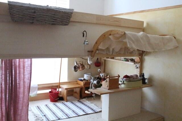 alles wichtige zum spielen auf 2qm ikea hack mydal hochbett geborgen wachsen. Black Bedroom Furniture Sets. Home Design Ideas