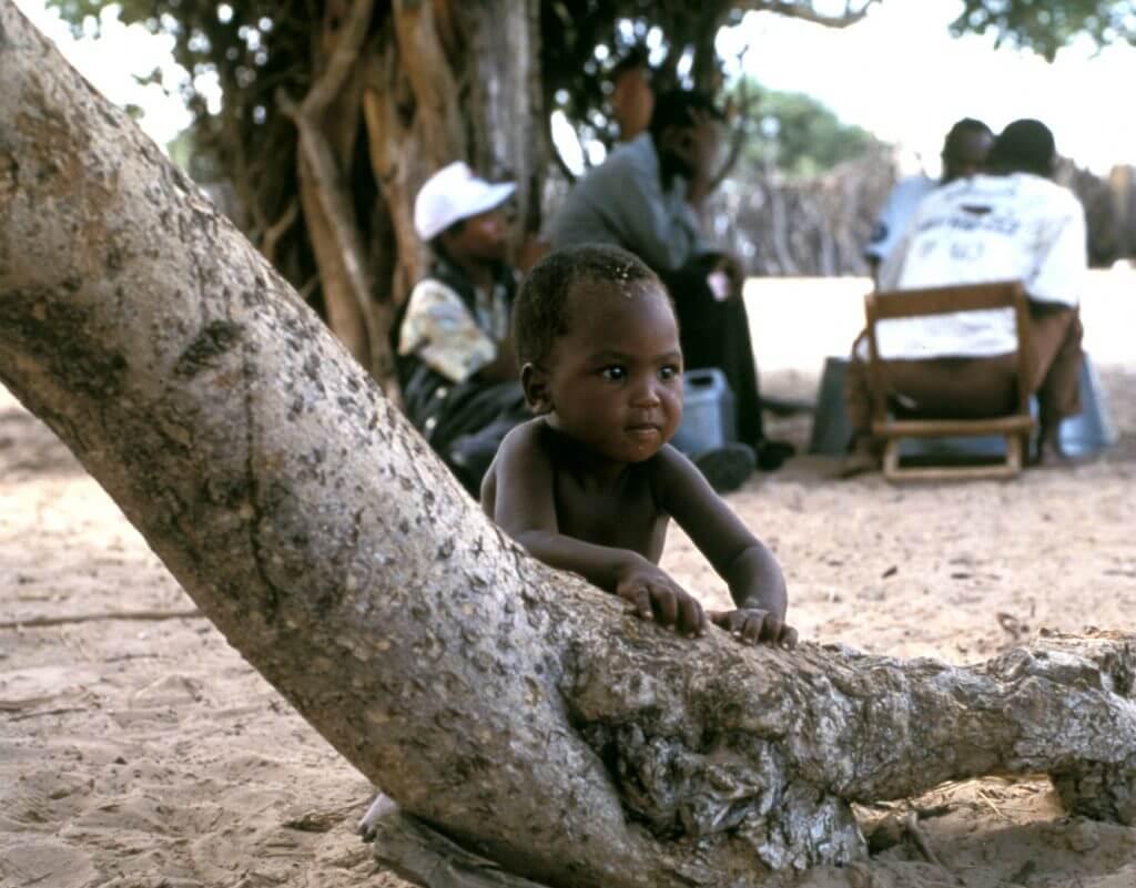 """Wie die !Kung gehören die Gana und die Gwi zu den sogenannten """"Buschleuten"""", die die indigene Bevölkerung des südlichen Afrikas bilden. Heute leben rund 100.000 Buschleute in Botswana, Namibia, Südafrika und Angola. © Survival"""