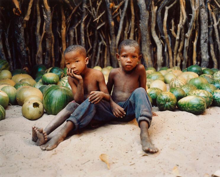 """Die """"Buschleute"""" gehören zu den bedrohtesten indigenen Völkern. In Botswana wurde zunächst ein Schutzgebiet für sie eingerichtet. Nachdem in diesem aber Diamantenvorkommen entdeckt wurden, kam es zu mehreren brutalen Vertreibungswellen. Die Regierung Botswanas missachtet bis heute die Rechte der """"Buschleute"""".© Lottie Davies/Survival"""